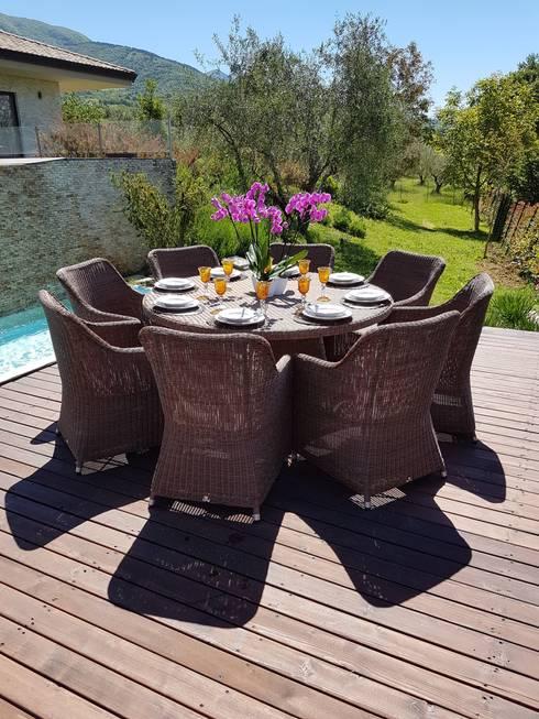 Tavolo e poltrone da giardino in fibra sintetica tonda intrecciata a mano: Giardino in stile  di Uniko