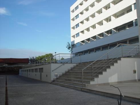 Edifícios de apartamentos e lojas: Casas modernas por José Melo Ferreira, Arquitecto