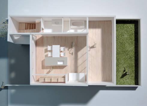緑町の家: アトリエ24一級建築士事務所が手掛けたリビングです。