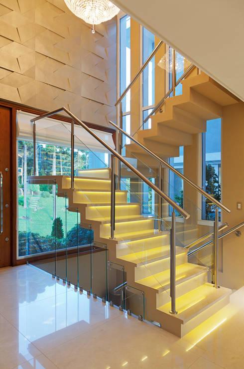 COM VISTA PARA SERRA RIOGRANDENSE : Escadas  por Maciel e Maira Arquitetos