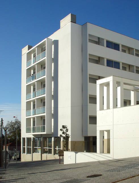 Edifícios de apartamentos e lojas: Habitações multifamiliares  por José Melo Ferreira, Arquitecto