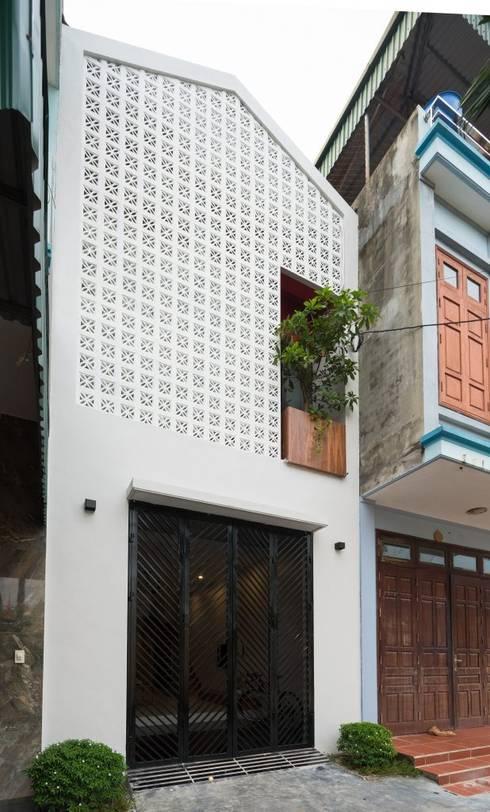 Mặt tiền ngôi nhà ấn tượng với gạch thông gió.:  Nhà gia đình by Công ty TNHH Thiết Kế Xây Dựng Song Phát