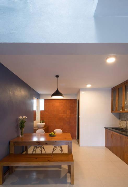 Khu vực bếp bài trí gọn gàng cùng tủ kệ dễ dàng để cho 2, 3 người cùng nấu nướng.:  Phòng ăn by Công ty TNHH Thiết Kế Xây Dựng Song Phát