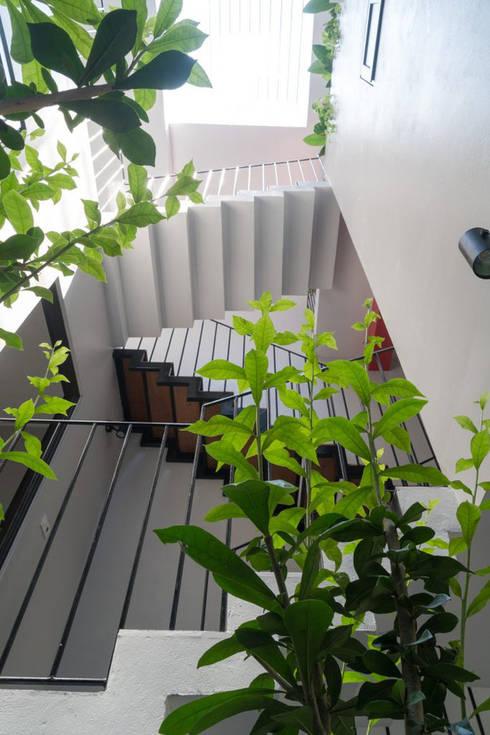 Các không gian đều thoáng và ngập tràn ánh sáng.:  Cầu thang by Công ty TNHH Thiết Kế Xây Dựng Song Phát