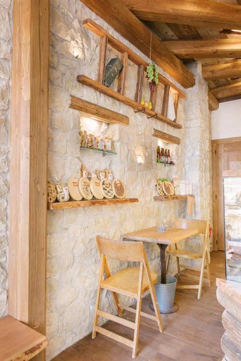 Le pareti: Negozi & Locali Commerciali in stile  di Fab Arredamenti su Misura