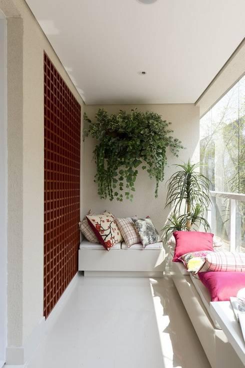 Kết hợp bộ ghế sofa dài sẽ mang đến không gian tiếp khách đầy lý tưởng.:  Hiên, sân thượng by Công ty TNHH Thiết Kế Xây Dựng Song Phát
