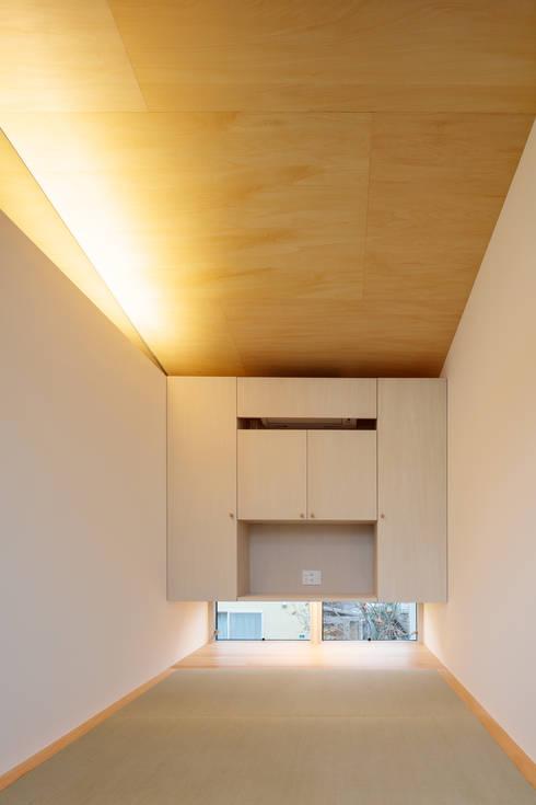 桜並木と暮らす家: 設計事務所アーキプレイスが手掛けた和室です。