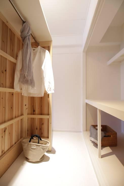 Apartment in Gakuemmae: Mimasis Design/ミメイシス デザインが手掛けたウォークインクローゼットです。