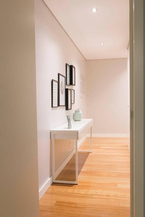 Apartamento Edifício do Parque - T3 MATOSINHOS: Corredor, hall e escadas  por SHI Studio, Sheila Moura Azevedo Interior Design