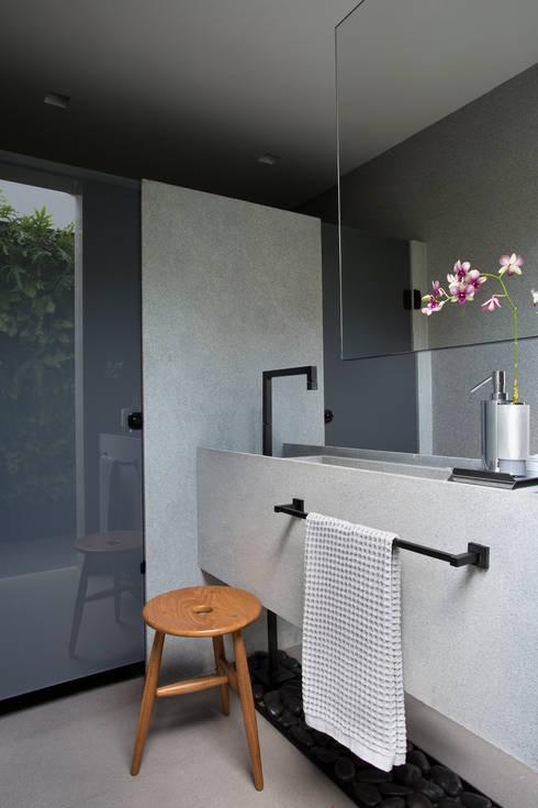 Casa LV: Banheiros  por Hobjeto Arquitetura