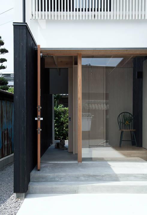 みなみきつきの家: 伊藤憲吾建築設計事務所が手掛けた玄関ドアです。