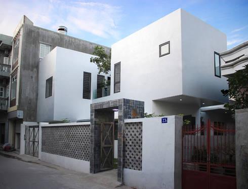Đằng sau vẻ ngoài đơn giản là cả một không gian sống tiện nghi mà nhiều người mơ ước.:  Nhà gia đình by Công ty TNHH Thiết Kế Xây Dựng Song Phát