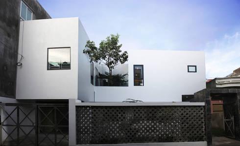 Ngôi nhà phố này có mặt đứng hướng chính Tây, nằm ở khu vực sầm uất đông dân cư.:  Nhà gia đình by Công ty TNHH Thiết Kế Xây Dựng Song Phát