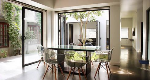 Ngôi nhà được bố trí các cửa lớn hường vào bên trong sân.:  Phòng khách by Công ty TNHH Thiết Kế Xây Dựng Song Phát