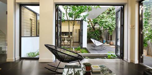 Vẫn giữ lại sự quen thuộc của thiết kế giếng trời giữa trung tâm nhà.:  Phòng khách by Công ty TNHH Thiết Kế Xây Dựng Song Phát