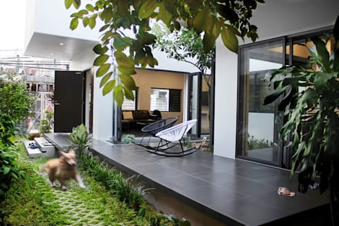 Căn nhà phố được bố trí các khối chức năng hợp lý, liên kết nhờ một hành lang chung.:  Hành lang by Công ty TNHH Thiết Kế Xây Dựng Song Phát
