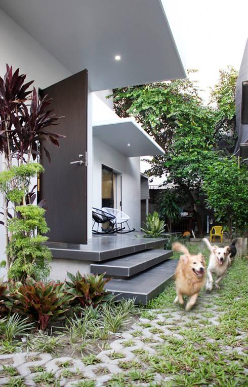 Gia chủ thoải mái nuôi các em cún tinh nghịch.:  Hành lang by Công ty TNHH Thiết Kế Xây Dựng Song Phát