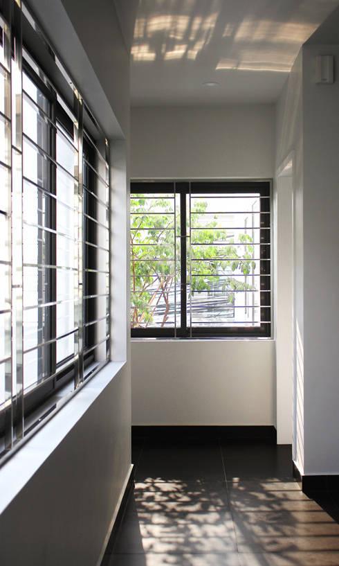 Không gian ngôi nhà sáng bừng nhờ ánh nắng tự nhiên.:  Cửa chớp by Công ty TNHH Thiết Kế Xây Dựng Song Phát