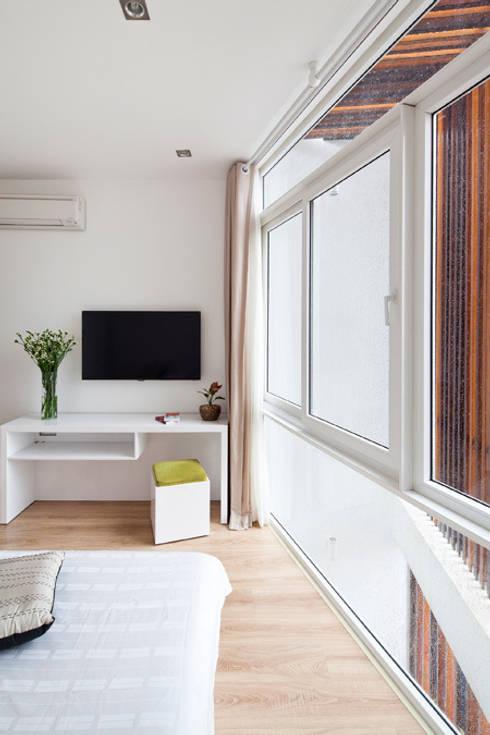 Ngắm Diện Mạo Ngôi Nhà Phố 32m2 Tuyệt Đẹp Trong Hẻm Nhỏ Sài Gòn:  Phòng ngủ by Công ty TNHH Xây Dựng TM – DV Song Phát