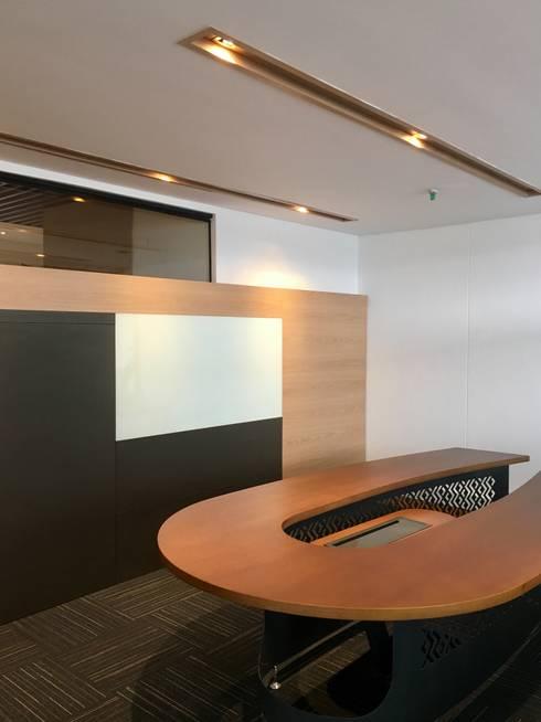Sala de juntas: Oficinas y Tiendas de estilo  por Integra Proyectos