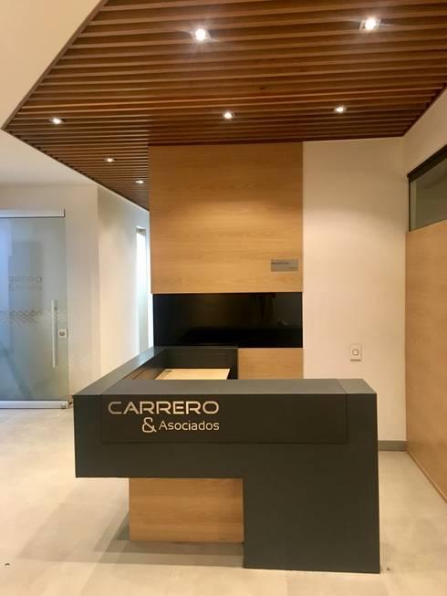 Recepción: Edificios de oficinas de estilo  por Integra Proyectos
