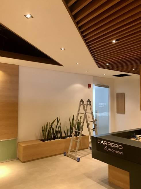 Sala de espera: Oficinas y Tiendas de estilo  por Integra Proyectos