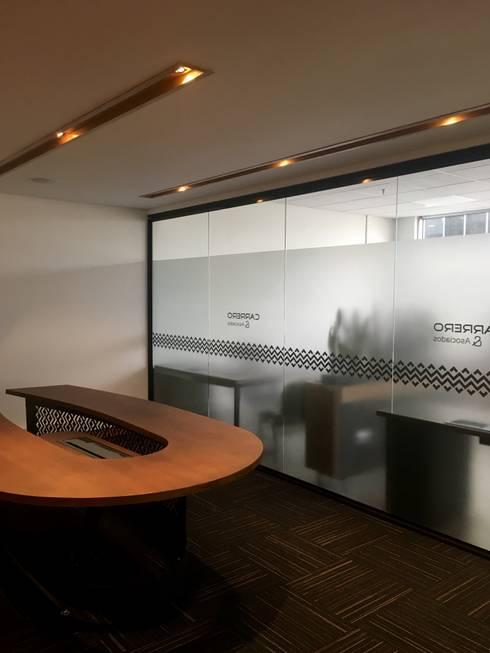 Sala de juntas: Edificios de oficinas de estilo  por Integra Proyectos