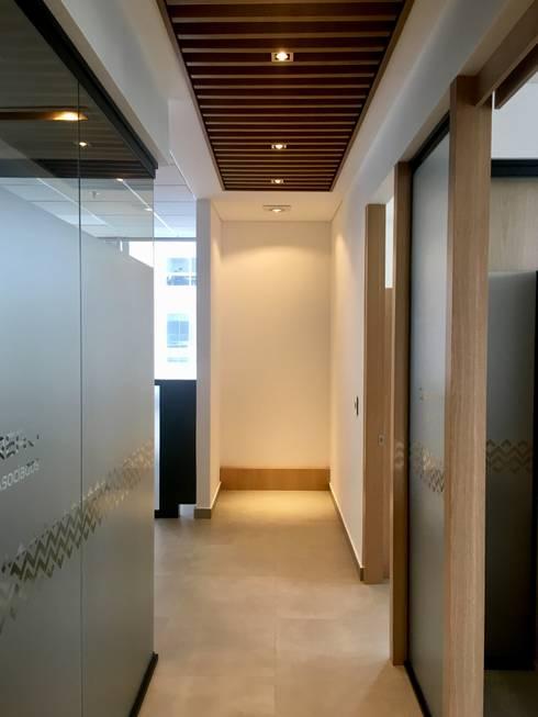 Pasillo: Edificios de oficinas de estilo  por Integra Proyectos