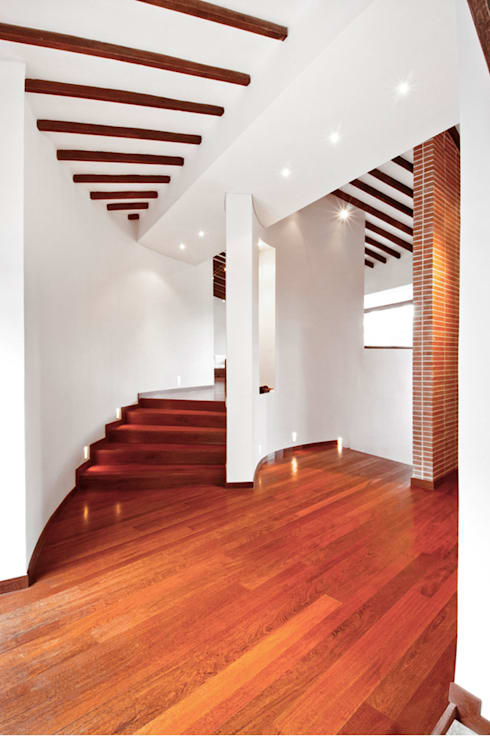 CASA ALCAPANI - Acceso zona privada  -: Pasillos y vestíbulos de estilo  por FR ARQUITECTURA S.A.S.