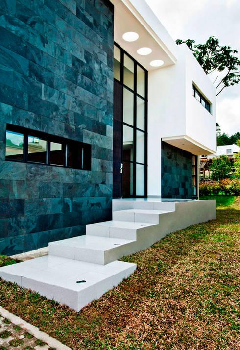 CASA - EL RETIRO ANTIOQUIA -: Casas de estilo moderno por FR ARQUITECTURA S.A.S.
