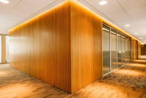 OFICINAS BOGOTA: Estudios y despachos de estilo moderno por FR ARQUITECTURA S.A.S.