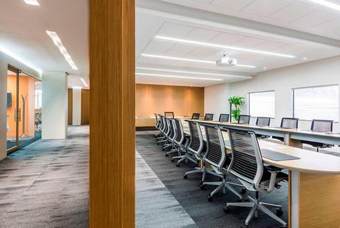 Sala de Juntas: Estudios y despachos de estilo moderno por FR ARQUITECTURA S.A.S.