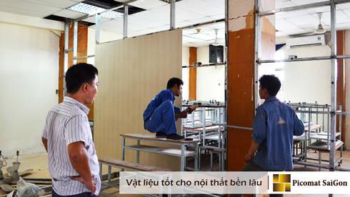 Giai đoạn thi công vách ngăn để ngăn phòng học và hành lang:   by Picomat Sài Gòn