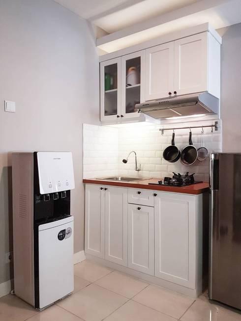 MINIMALIST MODERN 2BR APARTMENT:  Dapur by FIANO INTERIOR
