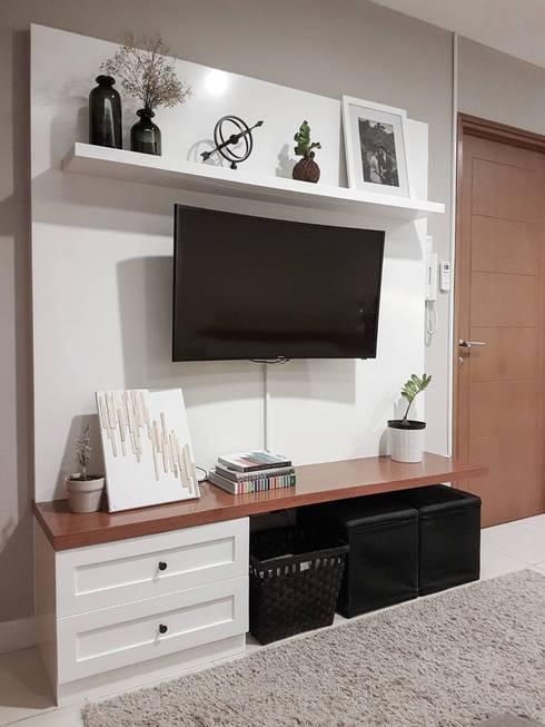 MINIMALIST MODERN 2BR APARTMENT:  Ruang Keluarga by FIANO INTERIOR