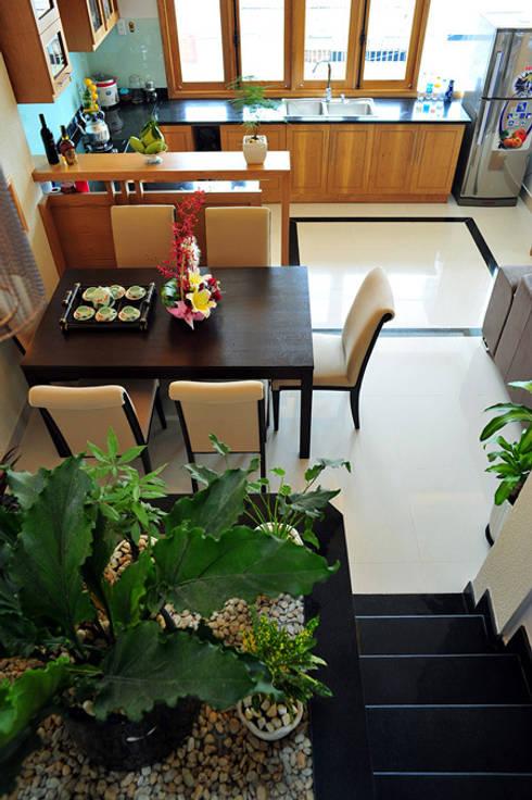 Phòng khách và bếp thông thoáng và xanh mát:  Phòng ăn by Công ty TNHH Xây Dựng TM – DV Song Phát