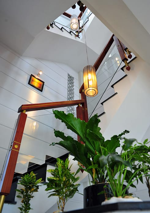 Thiết kế giếng trời mang ánh sáng vào nhà:  Cầu thang by Công ty TNHH Xây Dựng TM – DV Song Phát