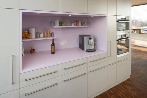 Wir bringen Farbe in Ihr Leben! : moderne Küche von Koitka Innenausbau GmbH