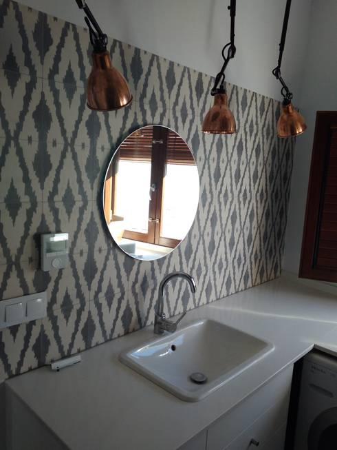 Baño secundario: Baños de estilo rústico de claracabrera.ARQUITECTA