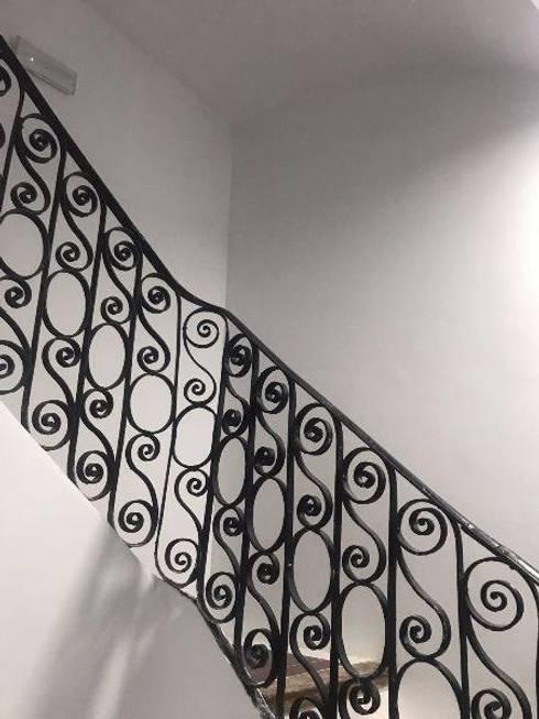 BARANDILLA ESCALERA COMUNITARIA: Escaleras de estilo  de claracabrera.ARQUITECTA