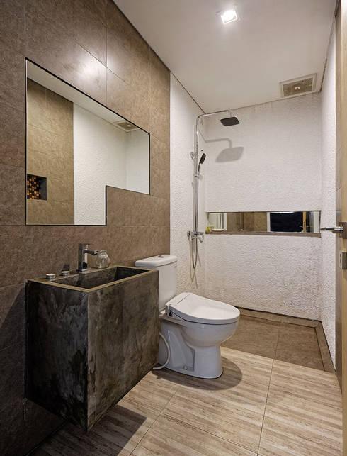 Khu vực vệ sinh với nội thất tiện nghi.:  Phòng tắm by Công ty TNHH Thiết Kế Xây Dựng Song Phát