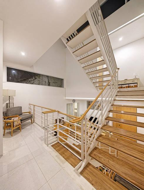 Hành lang phía ngoài rộng rãi có thể để các kệ lưu trữ:  Cầu thang by Công ty TNHH Thiết Kế Xây Dựng Song Phát