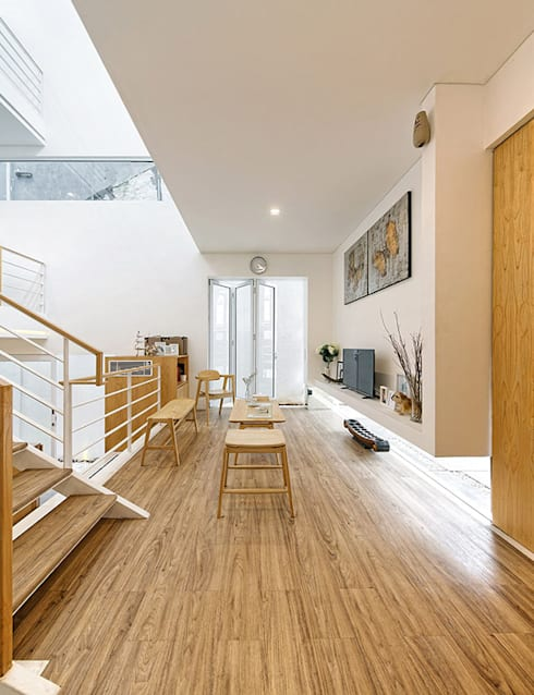 Đồ nội thất thông minh được tận dụng để tiết kiệm diện tích.:  Hành lang by Công ty TNHH Thiết Kế Xây Dựng Song Phát