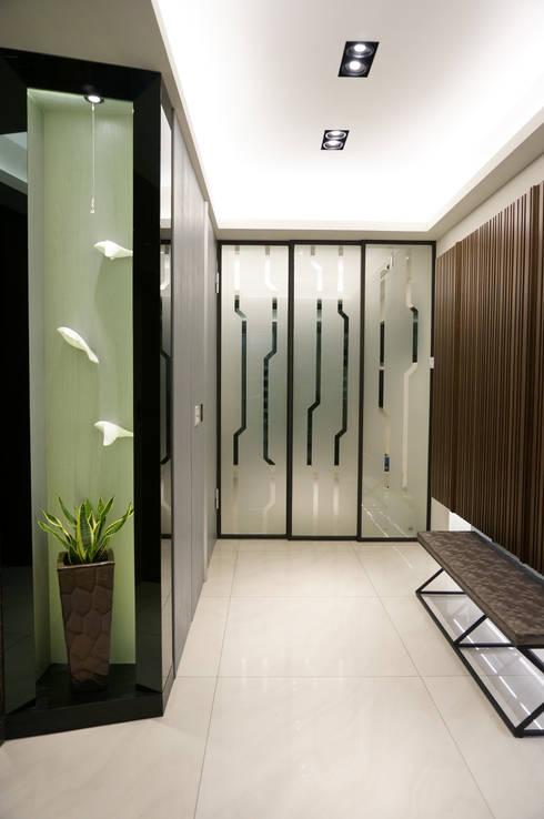 現代人文 中式寫意:  走廊 & 玄關 by 沐築空間設計