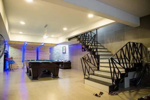 Garage để xe rộng rãi:  Cầu thang by Công ty TNHH Xây Dựng TM – DV Song Phát