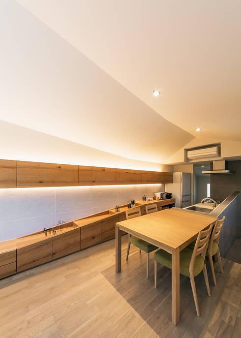 リビングダイニングからキッチンをみる: 株式会社seki.designが手掛けたリビングです。