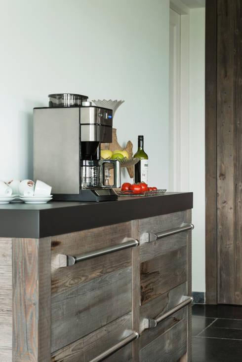 Barnwood, functioneel en stijlvol:  Keuken door RestyleXL