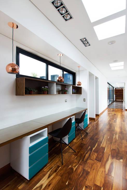 Casa Nochebuena: Pasillos y recibidores de estilo  por Dionne Arquitectos