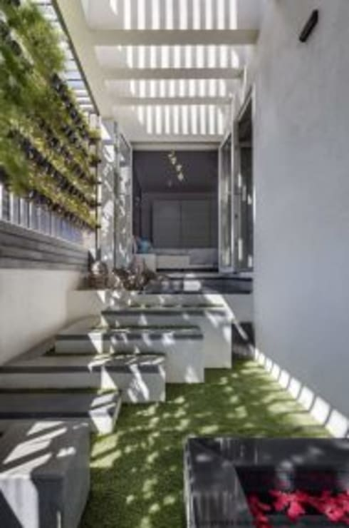 Striking House Interior Designs: 40×60, 4BHK:  Garage/shed by aaaa