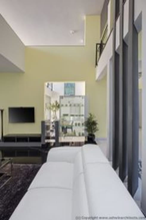 Striking House Designs: 40×60, 4BHK:  Living room by aaaa